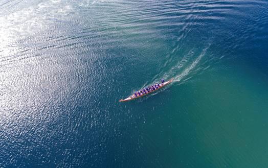 mac:Users:momo520:Desktop:在迎接端午节的到来,澳洲华人王娇娇在天猫上购买一艘来自杭州千岛湖的龙舟行驶在澳洲悉尼情人港3.jpg